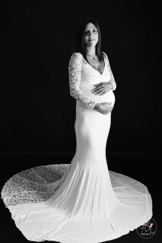robe-grossesse-photo-studio-noir-et-blanc-bruxelles-auderghem